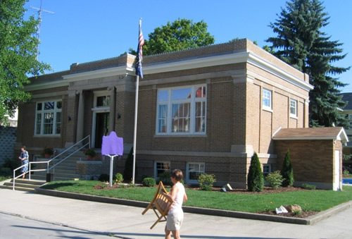 The exterior of Warren's Carnegie Library.