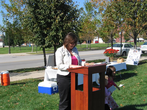 Cinnamon Caughlin, member of the Fletcher Place Neighborhood Association Marker Dedication Committee, addresses the audience.