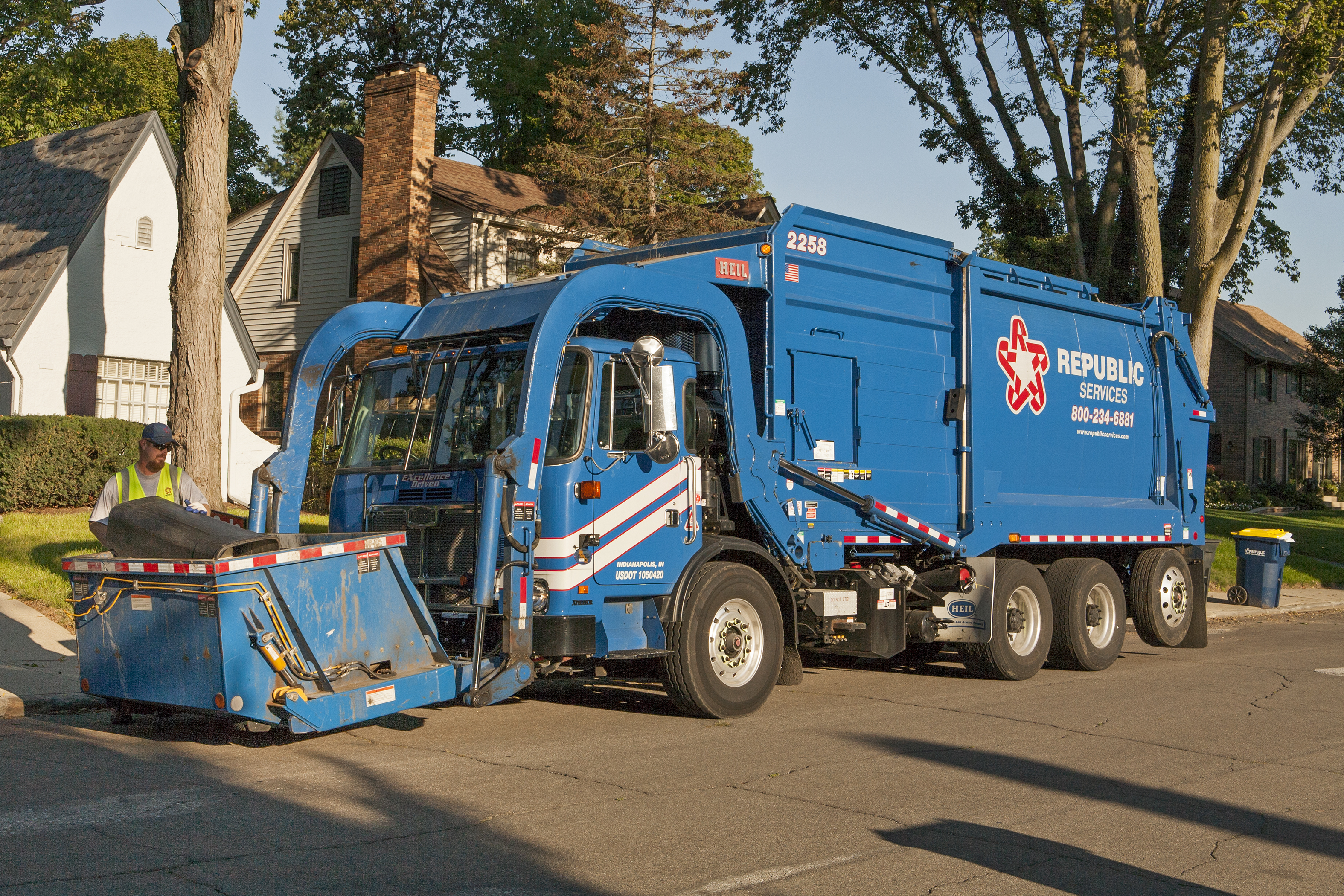 Show Picture Of Trash Truck JPG